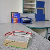 Ferienwohnung-KlinikWelt-Arztzimmer-Detail-Stethoskop
