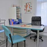 Ferienwohnung-KlinikWelt-Arztzimmer-Schreibtisch