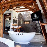 Gutshof-SM-Apartment-NeueWelt-offenes-Badezimmer-freistehende-Badewanne