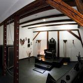 3-SM-Apartment-SchwarzeWelt-Spielraum-Kaefig-Thron-Streckbank